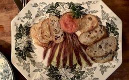Platte mit Sardellen und Tomate stockfoto