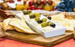 Platte mit Speck cornichon Snäcken und Lebensmittel im Restaurant stockfotos