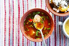 Platte mit Suppe bograch auf dem Tisch Stockfoto