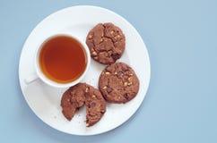 Platte mit Tee und Plätzchen Stockfotos