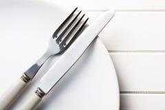 Platte mit Tischbesteck Stockfoto