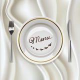 Platte mit Tischbesteck auf glatter Tischdecke Lizenzfreie Stockfotografie
