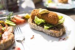 Platte mit typischer niederländischer Mahlzeit, gebratenes Imbisskrokett mit Salat auf Scheibe brot lizenzfreies stockfoto