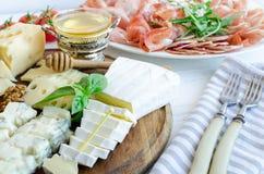 Platte mit unterschiedlicher Art des Käses Lizenzfreies Stockfoto