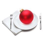 Platte mit Weihnachtskugel Stockfoto