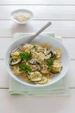 Platte mit Zucchiniteigwaren Stockfotos