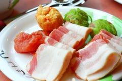 Platte oder dünn geschnittenes rohes Rindfleisch Lizenzfreie Stockfotografie