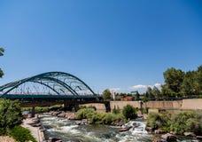 Platte River unter Brücke in Denver Stockfotos