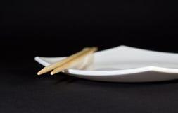 Platte und Ess-Stäbchen Stockfotos