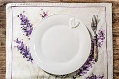 Platte und Gabel legten auf hölzernen Speisetisch der Weinlese Stockfotografie