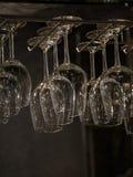 Platte und silverwear einschließlich Löffel und Gabel auf hölzernem Hintergrund Stockfotografie