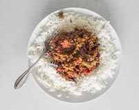 Platte von chili con carne und Reis mit Gabel stockbild