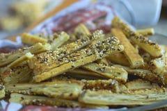 Platte von den Brotstöcken selbst gemacht mit Mohn und Parmesankäse stockfoto