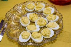 Platte von deviled Eiern, die verwendeten, um voll zu sein lizenzfreies stockbild