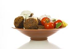 Platte von Falafel mit Kirschtomaten lizenzfreies stockbild