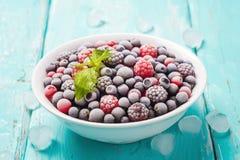 Platte von frischen gefrorenen Beeren auf einem Türkishintergrund Lizenzfreies Stockbild