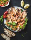 Platte von gebratenen Tigergarnelen mit frischem Porree, Zitrone, Brot und Salsa Lizenzfreie Stockfotografie