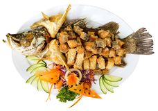 Platte von gegrillten Fischen mit dem Gemüse - lokalisiert auf Weiß Oberseite V Stockfotos