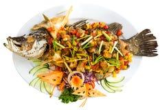 Platte von gegrillten Fischen mit dem Gemüse - lokalisiert auf Weiß Oberseite V Lizenzfreie Stockfotos