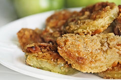 Platte von goldenem Fried Green Tomatoes Lizenzfreies Stockfoto