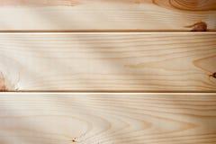 Platte von hölzernen Planken mit den Strahlen des Lichtes fallend auf sie stockbilder