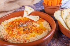 Platte von hummus mit hindischem Brot und crudités der Karotte und des Pfeffers Lebensmittel des strengen Vegetariers und des Ve stockfotos