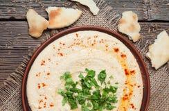 Platte von hummus, traditionelles libanesisches Lebensmittel mit Lizenzfreie Stockfotografie