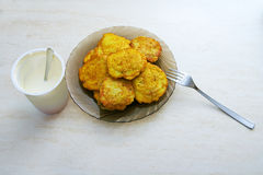 Platte von Kartoffelpfannkuchen auf dem Tisch Lizenzfreies Stockfoto