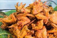 Platte von knusperigen gebratenes Hühnerflügeln Lizenzfreie Stockfotos