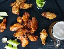 Platte von knusperigen köstlichen BüffelHühnerflügeln Lizenzfreie Stockfotos