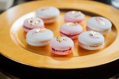 Platte von macarons im Schokoriegel mit goldener Art lizenzfreies stockbild