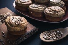 Platte von Muffins und von Mischsamen auf Tabelle Lizenzfreie Stockbilder