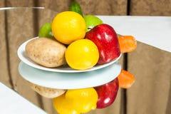 Platte von Obst und Gemüse von Lizenzfreies Stockbild