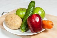 Platte von Obst und Gemüse von auf hackendem Brett Lizenzfreie Stockbilder