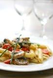 Platte von Pilzteigwaren mit Sahne und Tomaten Stockfoto