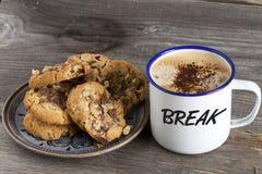 Platte von Plätzchen und von Topf Kaffee Lizenzfreies Stockbild