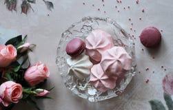 Platte von rosa Makronen und von Meringen lizenzfreie stockfotografie