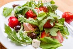Platte von Rucola und von Erdbeersalat lizenzfreie stockbilder