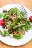Platte von Rucola und von Erdbeersalat stockbilder