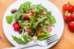 Platte von Rucola und von Erdbeersalat lizenzfreies stockfoto
