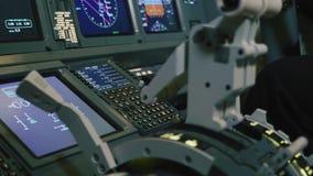 Platte von Schaltern auf einem FlugzeugFührerraum Pilot steuert die Flugzeuge stock video