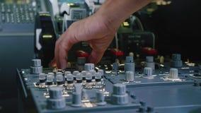Platte von Schaltern auf einem FlugzeugFührerraum Pilot steuert die Flugzeuge stock footage
