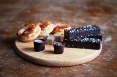 Platte von Schokoladenkuchen, -bonbons und -keksen Lizenzfreie Stockfotografie
