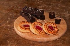 Platte von Schokoladenkuchen, -bonbons und -keksen Lizenzfreies Stockfoto