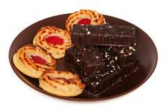Platte von Schokoladenkuchen und -keksen Stockbild