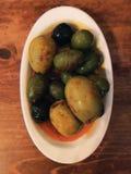 Platte von sortierten Oliven lizenzfreies stockfoto