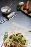 Platte von Spaghettis vertikal mit Gemüse Lizenzfreie Stockfotos