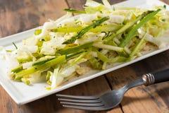 Platte von Spargelkohl slaw Salat Stockfoto
