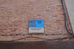 Platte, welche in diesem Fall die alte Begrenzung des jüdischen Viertels der Metzger Shop anzeigt Architektur-Reise-Geschichte lizenzfreies stockbild