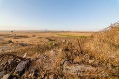 Platteland bij de Israëlische en Syrische grens met prikkeldraad bij Tel. Saki, Israël stock foto